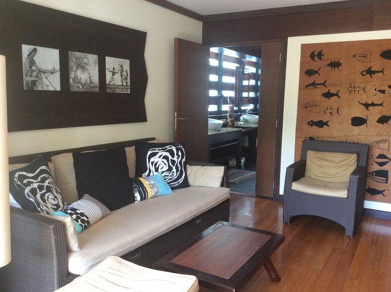 le salon, avec les photos de Tahiti d'antan et son tapa, peinture traditionnelle sur fibre de coco