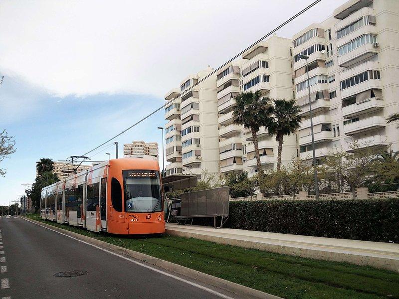 Parada tranvía TRAM en la puerta de la urbanización con conexión a Alicante, El Campello y Benidorm.