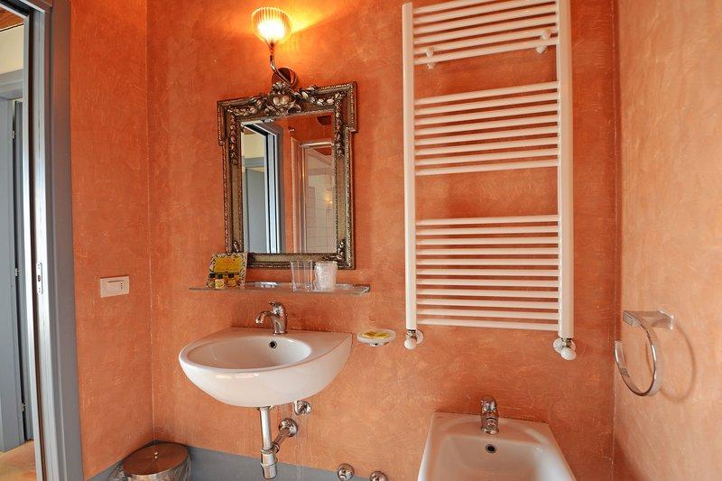 Cuarto de baño con ducha, inodoro, bidet y lavabo.