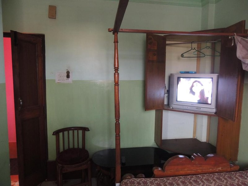 PRANTIK HOTEL Food and Lodging GuestHouse 8, vacation rental in Agartala