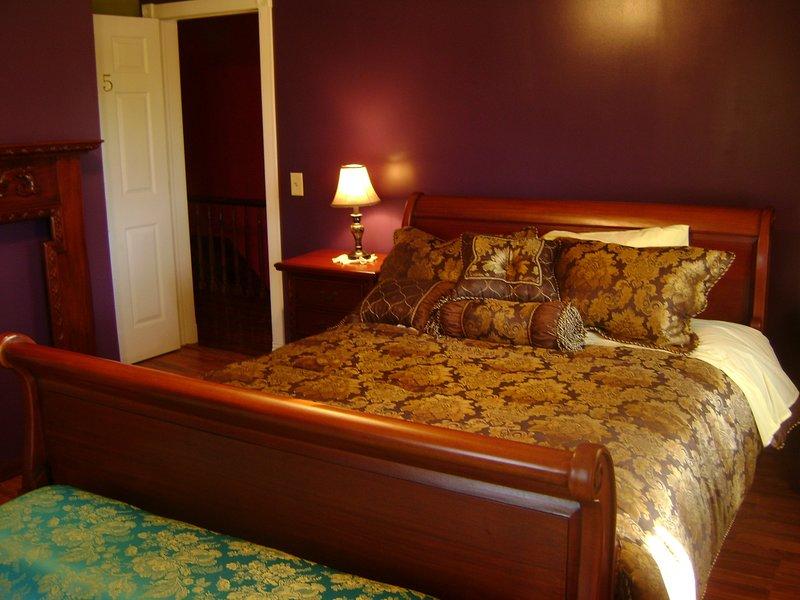 Room #5 Deep Purple Hill Top B & B, holiday rental in Stratford