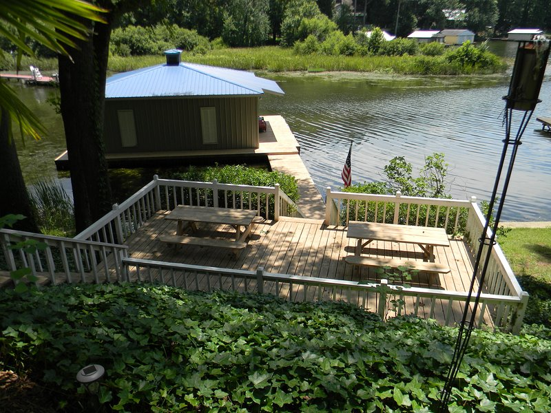 Lower deck with picnic tables