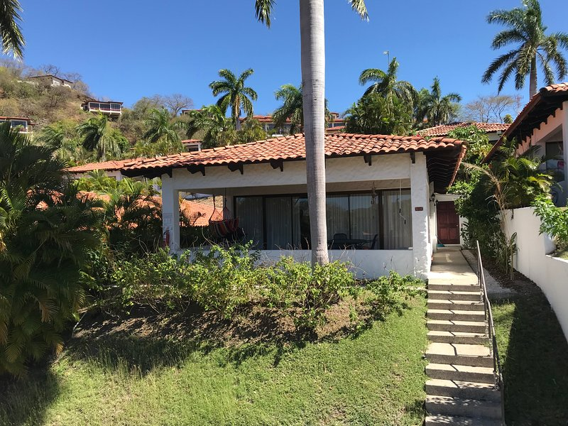 3 Bd Rm 2 Bth Villa, walk to Beach, completely updated, holiday rental in Playa Hermosa