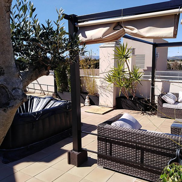 Terrace of 85 sqm with pergola Pergola lounge area + dining area + Jacuzzi, griddle / gas grill ...