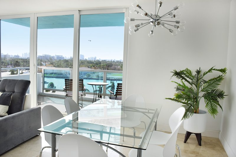 Wide dining area, with a pool view