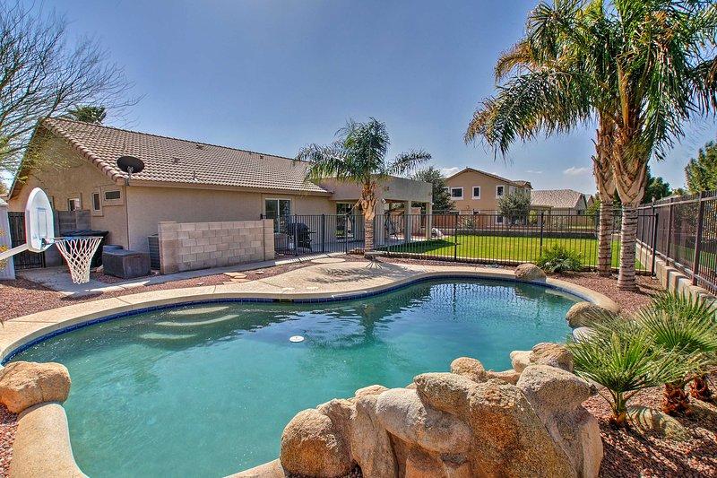 ¡Sumérgete en la diversión del desierto en esta casa de alquiler de 4 habitaciones y 2 baños en Gilbert!