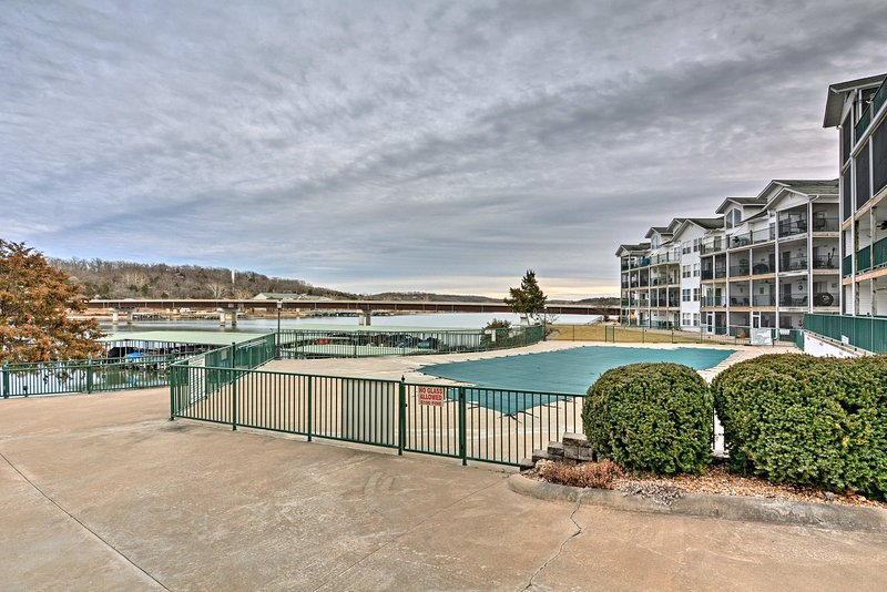 Toegang tot de 2 zwembaden in de gated community van Cedar Heights.
