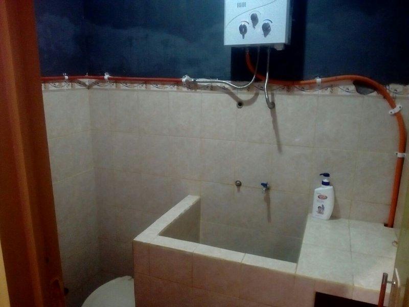 casa de banho com o aquecedor de água