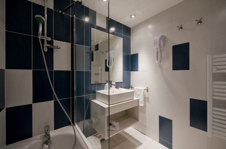 Adonis Arles Bath Area