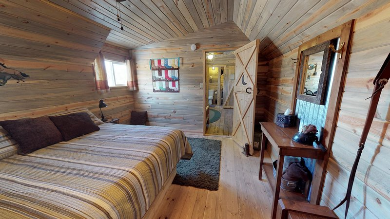Stunning Cabin in The Western Town w/Private Bathroom, holiday rental in Monticello