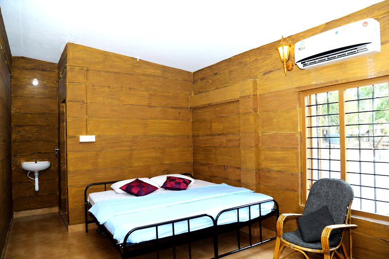Backpackers home with A/C - Waves and shores, holiday rental in Mararikulam