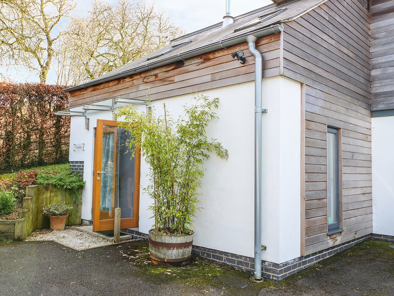 THE SIDINGS, cosy, woodburner, patio with furniture, near Carsington Water in, vacation rental in Wirksworth