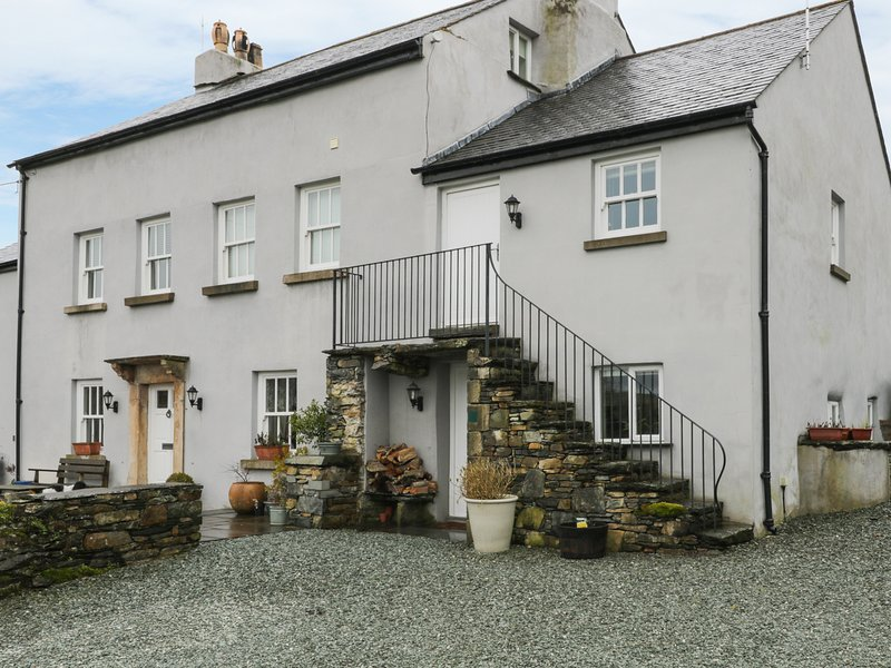 LANE HEAD, open-plan, breakfast bar, bedroom with balcony, near Cartmel, holiday rental in Low Newton
