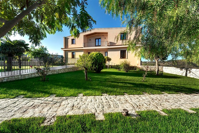 ARUCIMELI RESORT - APPARTAMENTO STANDARD, holiday rental in Giarratana
