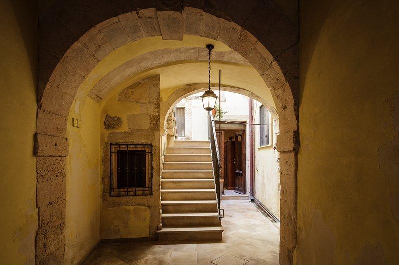 La entrada al palacio / La casa se encuentra en el extremo derecho