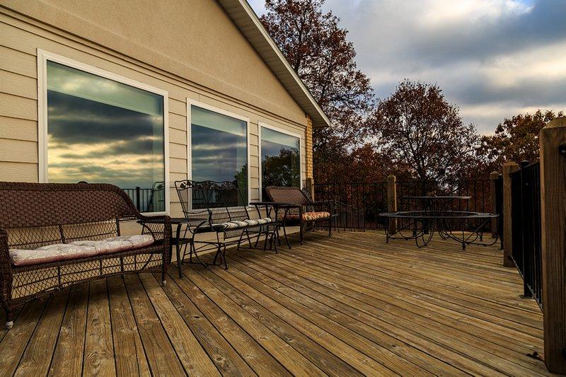 Você vai adorar a grande deck na frente da casa. Ele oferece incríveis vistas panorâmicas!