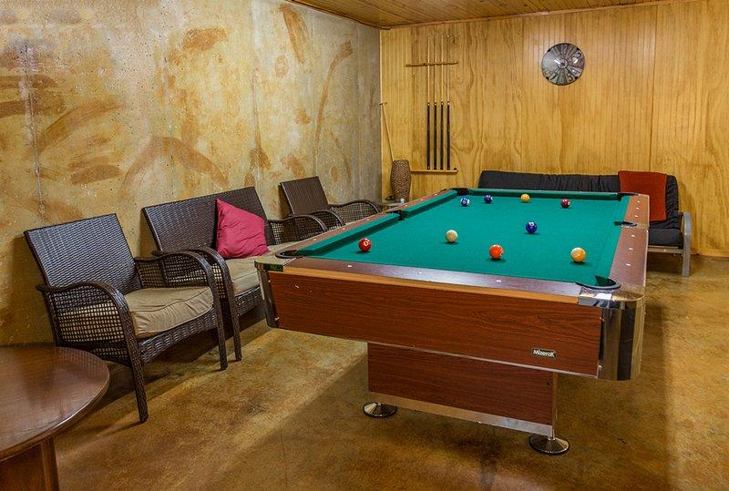 O piso inferior é uma sala de recreação e tem três camas de futon, uma kitchenette, bem como jogos e TV.