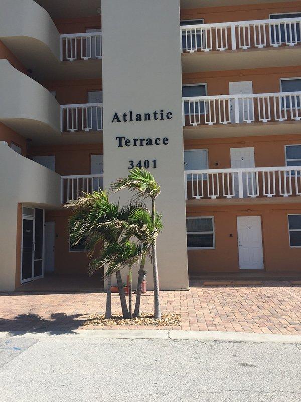 Cada apartamento tiene una plaza de aparcamiento justo al lado del edificio y tenemos un ascensor