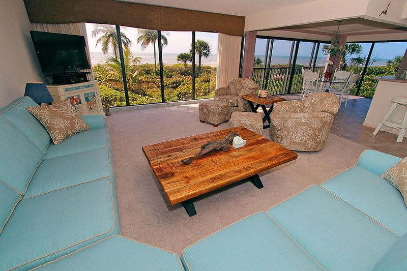 Gulf-front, wide water view, just steps from the best shelling in the US!, holiday rental in Sanibel Island