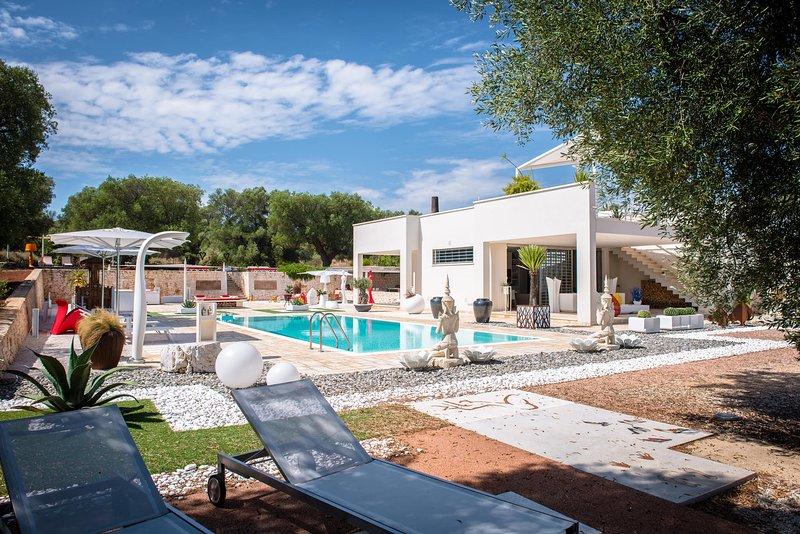 Cintura Orione, villa luxury con piscina, immersa nel verde di ulivi secolari, alquiler vacacional en Carovigno