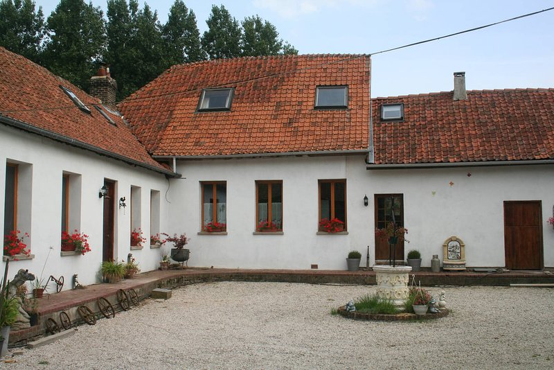 Traditional Farmhouse providing spacious accomodation in a peaceful location., aluguéis de temporada em Doullens