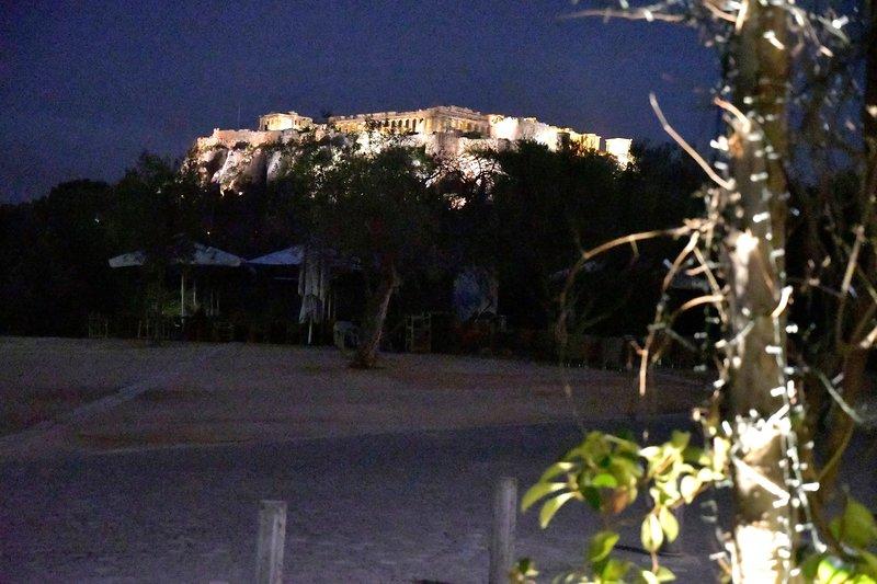 Opinião a acrópole do Thiseio praça à noite.