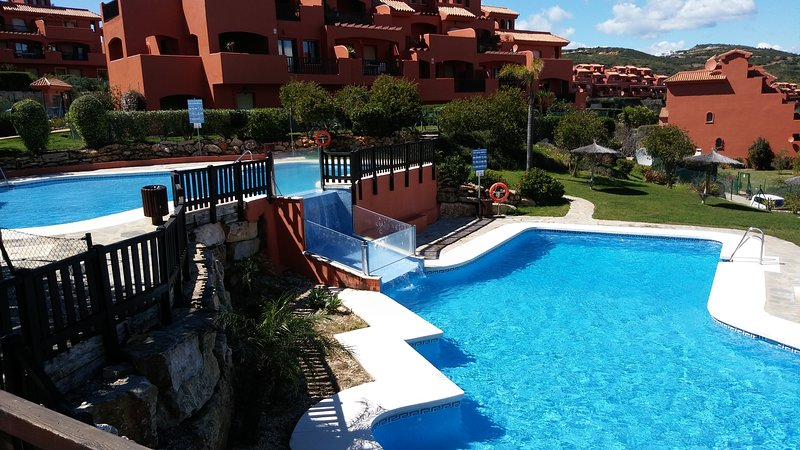 Costa Galera: apartment with private patio, 400m from sea, pool, A/C, Wi-Fi, location de vacances à Estepona