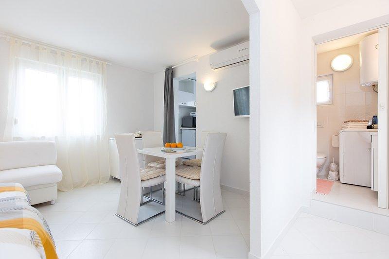 Nice house near the beach & terrace, aluguéis de temporada em Nenadici