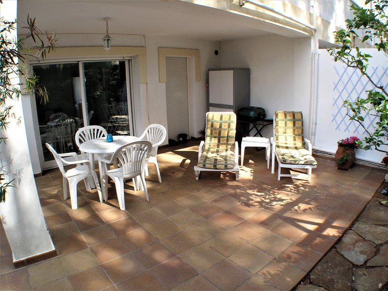 Ground floor apartment with 2 bedrooms, air conditioning, Wi-Fi, private terrace and parking.