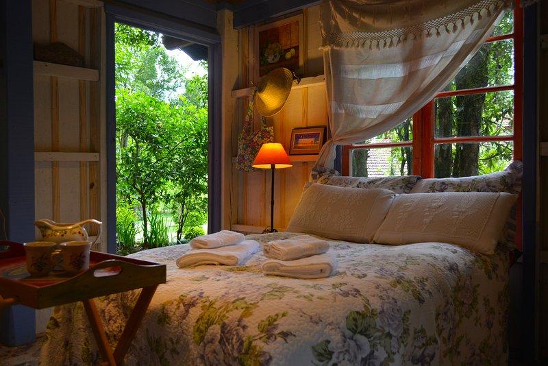 Charmantes Ferienhaus mit Doppelbett, Hängematte, Balkon, Küche (Kühlschrank, Herd, Mikrowelle) und Holzofen.