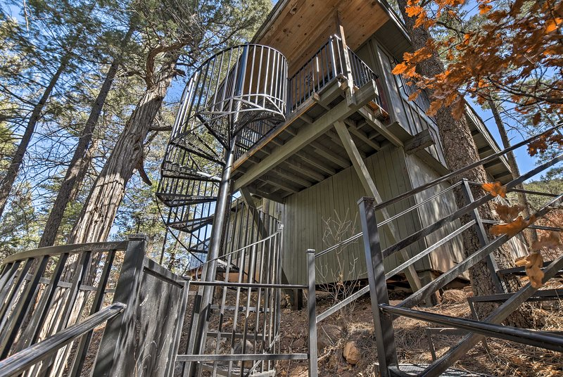 Unique Cabin w/Mtn Views-Steps to the Jemez River!, holiday rental in Jemez Springs