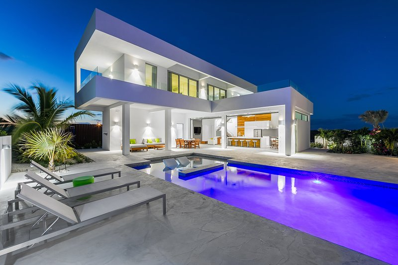 Modern Villa - Perfect for Large Families - Amazing Pool - 2 min. from beach, alquiler vacacional en Long Bay Beach