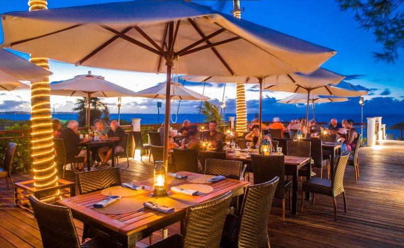 Elegir entre varios lugares para comer frente al mar para un cambio de ritmo