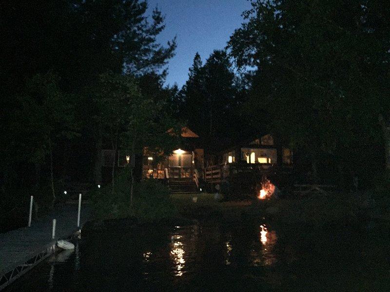 Kamperen met vuurplaats bij nachtzicht vanaf het einde van het dok.