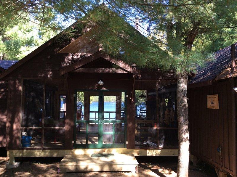 Vanaf de oprit kijkt u door de Party Porch naar het meer.
