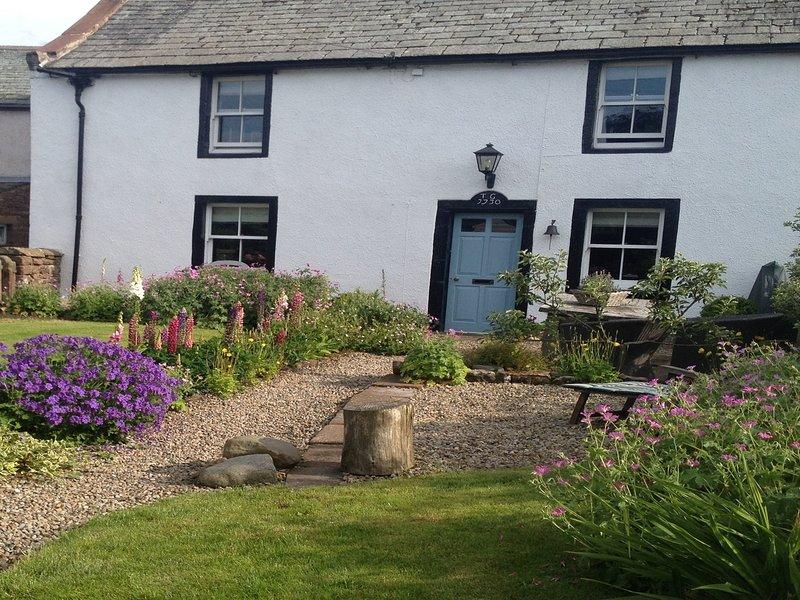 Pretty stuga trädgård i idylliska omger