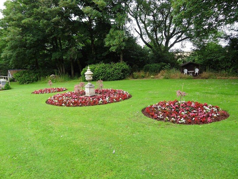 Bellos jardines donde los niños pueden jugar y los padres pueden relajarse