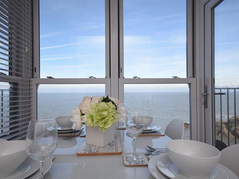 Disfrutar de las vistas panorámicas al mar mientras cena