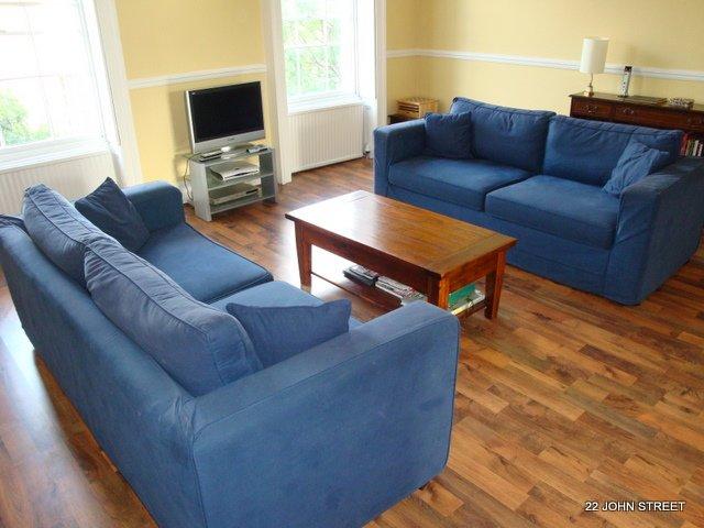 Wohnzimmer mit Sat-TV (mit Sport-Kanälen) und ein guten Klappbett.