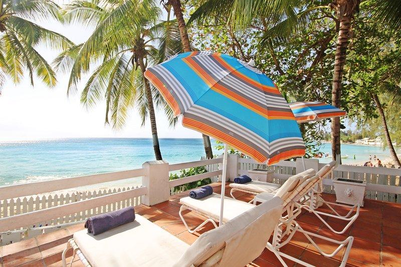 Hermosa terraza con vistas al mar y tumbonas
