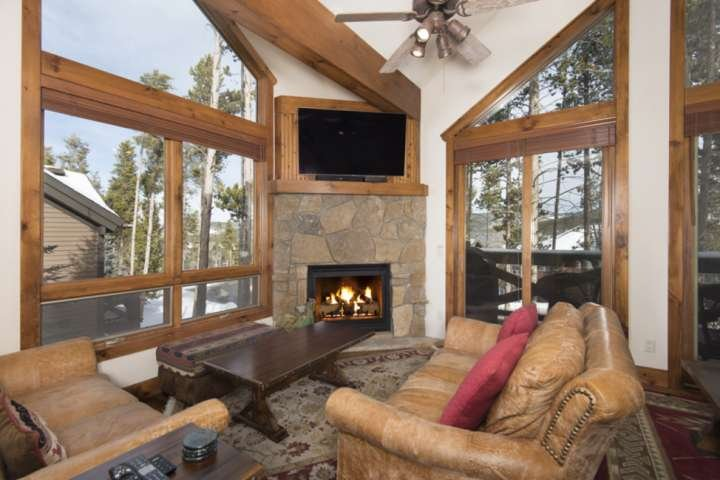 LARGE PRIVATE HOT TUB - Free Town Shuttle -Town Close - On ski trail - by iTrip, vacation rental in Breckenridge