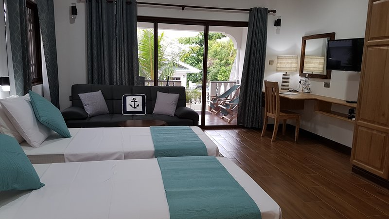 Drake Seaside Studio Apartments (Twin Room - Ground Floor), location de vacances à Mare Anglaise