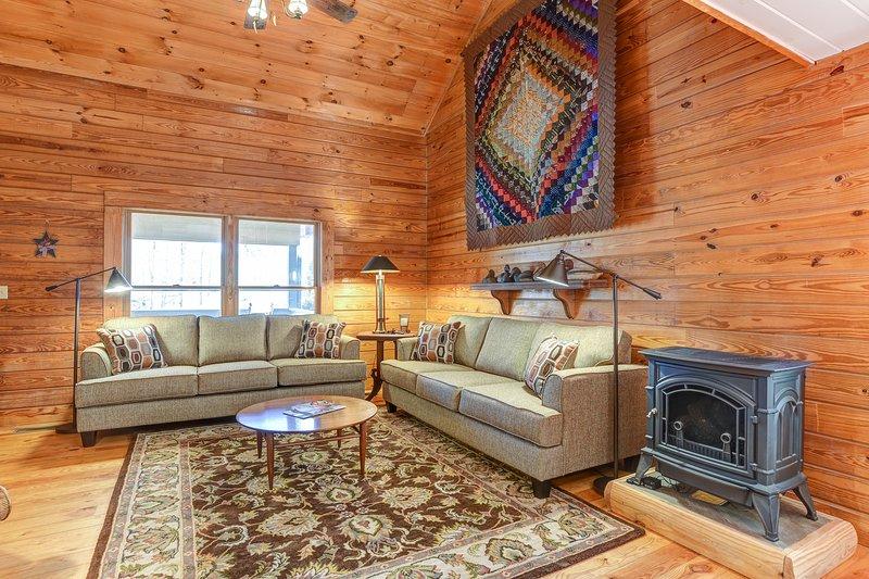 Habitación con sofás súper cómodas y una estufa de Vermont Castings vivir para entrar en calor!