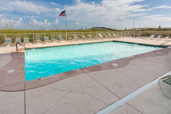 Gemeenschappelijk zwembad op zoek naar de promenade naar het strand