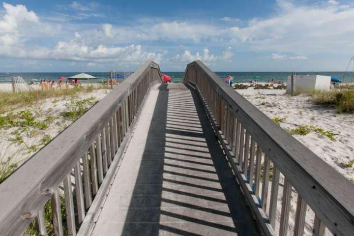 Boardwalk naar het strand en de Golf