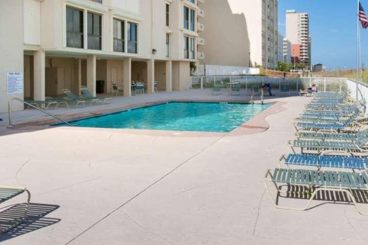 Gemeenschappelijk zwembad met open en overdekte lounges