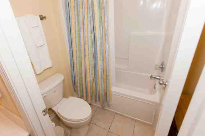 Ensuite bath with tub/shower