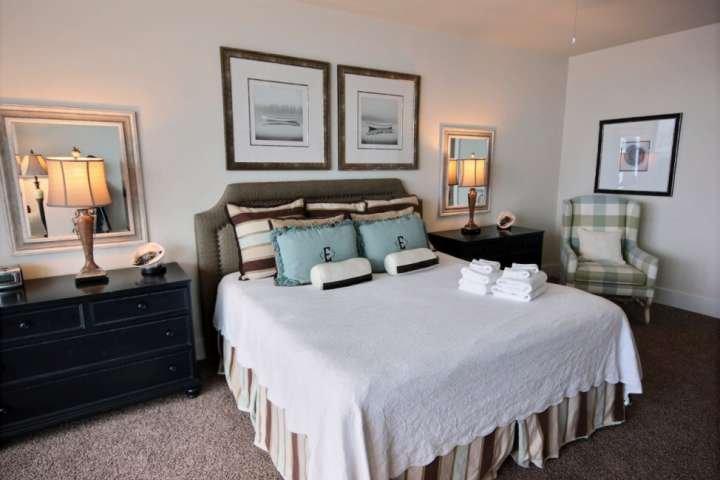 Dormitorio principal con zona de estar.