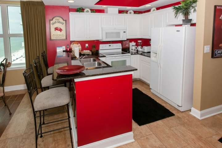 Fully equipped kitchen with blender, toaster, coffee maker