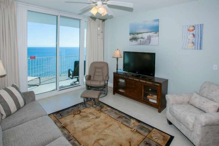 Soggiorno con TV a schermo piatto e accesso al balcone privato